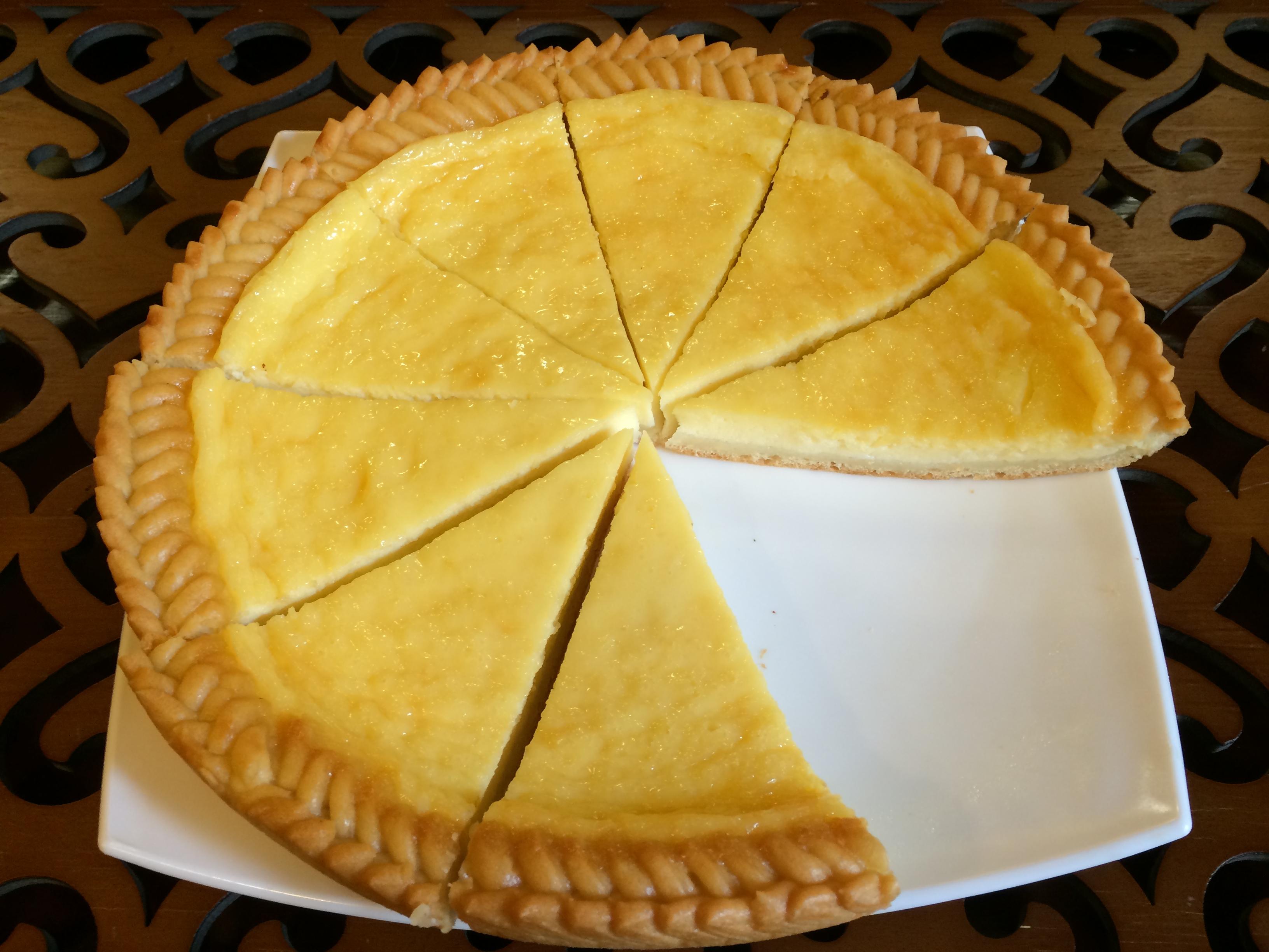 Полученное тесто раскатать в круглый пласт на пару-тройку сантиметров больше формы, уложить его в форму, сформовать бортики, уложить на основание начинку, завернуть бортики внутрь.